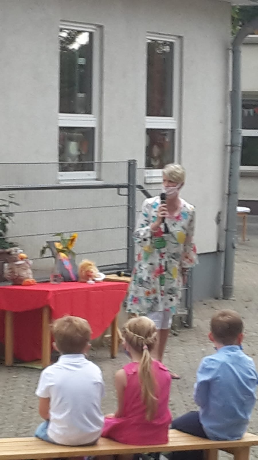 Frau Strunk ruft die Kinder auf.