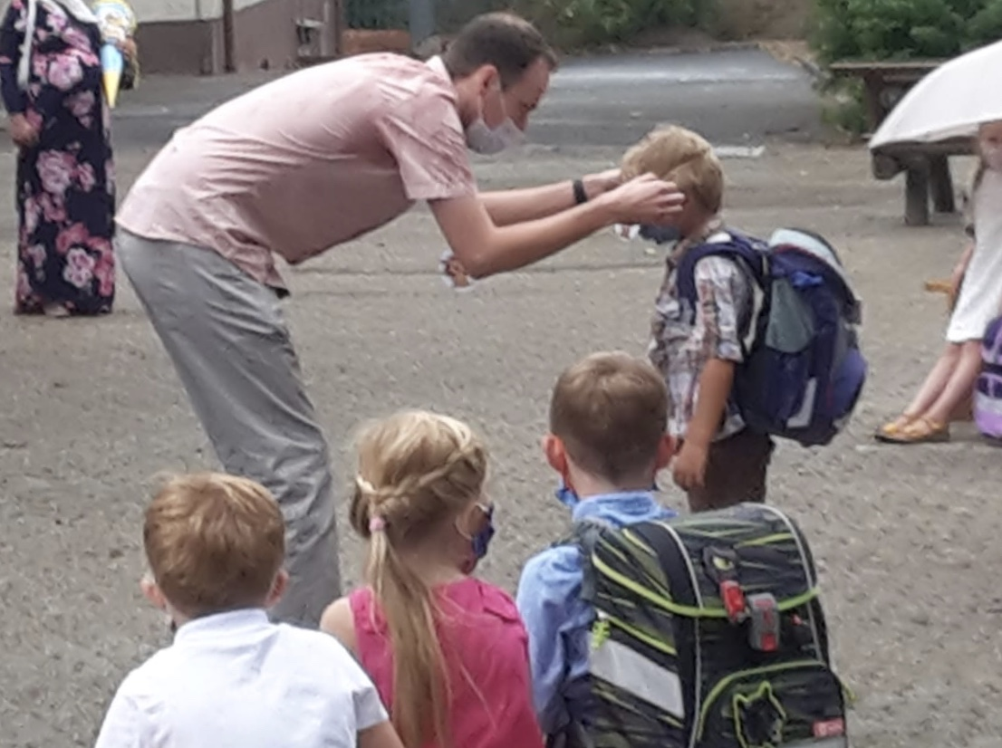 Herr Uysun schenkt jedem Kind eine Löwen-Medaille.