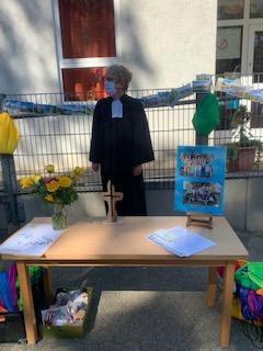 Frau Strahtmann zu Soosten segnet die Kinder.